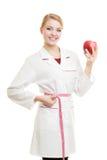 Spécialiste en docteur tenant la taille de mesure de pomme de fruit Images libres de droits