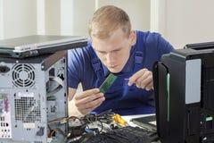 Spécialiste informatique installant la mémoire de RAM photographie stock