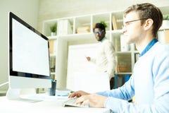 Spécialistes informatiques dans le studio de Web image stock