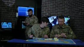 Spécialistes informatiques en peloton, sécurité de cyber, discutant la stratégie de bataille banque de vidéos