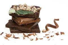 Spécialité cassée de chocolat à noir et à lait d'isolement sur le dos de blanc Images stock