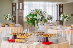 Spécialités de casse-croûte, de poissons et de viande sur le buffet desserts Une réception de gala Tables servies restauration images libres de droits