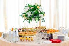 Spécialités de casse-croûte, de poissons et de viande sur le buffet desserts Une réception de gala Tables servies restauration photo stock