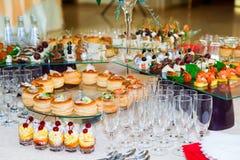 Spécialités de casse-croûte, de poissons et de viande sur le buffet desserts Une réception de gala Tables servies restauration photos stock