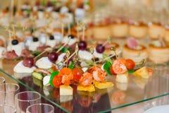 Spécialités de casse-croûte, de poissons et de viande sur le buffet Une réception de gala Tables servies restauration photos libres de droits