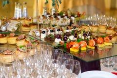 Spécialités de casse-croûte, de poissons et de viande sur le buffet Une réception de gala Tables servies restauration photographie stock