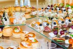 Spécialités de casse-croûte, de poissons et de viande sur le buffet Une réception de gala Tables servies restauration image libre de droits