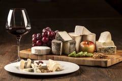 Spécialités de plaque de vin et de fromage Photographie stock libre de droits