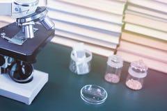 Spécimens de microscope et d'essai des graines et des livres photos libres de droits