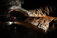 Spéléologue explorant la caverne Image libre de droits