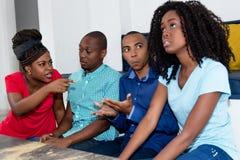 Spór amerykan afrykańskiego pochodzenia mężczyzna i kobiety zdjęcia royalty free