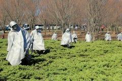 Spöka plats i 19 skulpturer av soldater som poseras för kamp, koreanska krigsveteran minnesmärke, Washington, DC, 2015 royaltyfri bild