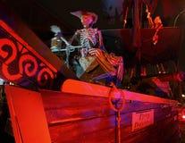 Spökad allhelgonaafton - piratkopiera skeppet på Front Yard royaltyfria foton
