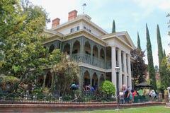 Spökad herrgård på Disneyland arkivfoton