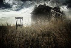 Spökad hus och stol Arkivfoton