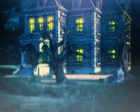 Spökad husbakgrund med trädet Arkivbilder