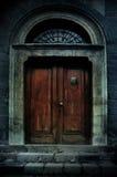 Spökad mörk ingång för herrgård Arkivfoton