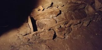 Sp?kad om?rkt stengrav i en grotta royaltyfri foto
