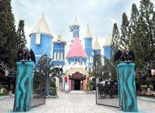 Spökad slott i fördämningSen Park, Vietnam royaltyfria bilder