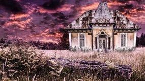 Spökat gammalt hus i en dramatisk fasaatmosfär med brandhimmel Kuslig solnedgång över den forntida hiskeliga herrgården i en allh arkivbild