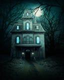 Spökat hus i skog Arkivfoton