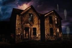 Spökat hus med blixt och spökar Royaltyfri Bild