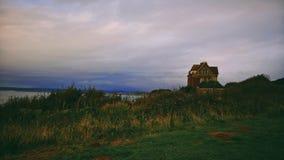 Spökat hus på kullen royaltyfri foto