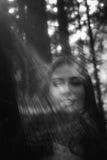Spöke som täckas med ett vitt spökeark på en lantlig bana Kornig texturerad bild arkivfoton