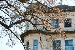 Spökehus i staden Övergett och fördärvat arkivbild