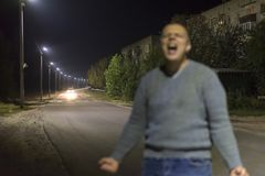 Spöken av en skrikig grabb på gatan, fotoet är ut ur royaltyfria bilder