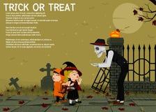 Spöken ger någon godis på kyrkogårdbakgrund Royaltyfri Foto