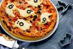Spökepizza för allhelgonaafton Arkivfoton