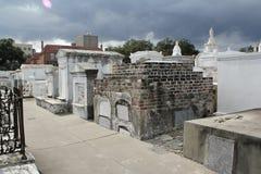 Spöklik bild i en gammal kyrkogård? Arkivfoto