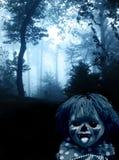 Spöklik clown i den mörka dimmiga skogen Royaltyfria Foton