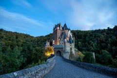 Spöklik Eltz slott royaltyfria foton