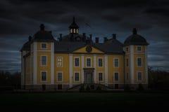 Spöklik gul slott på natten Fotografering för Bildbyråer