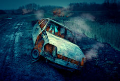 Spöklik kvinna i brinnande bil Arkivbild
