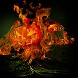 Spöklik läskig kyrkogård med Burining brand och flammor som överväldigar F Arkivfoton