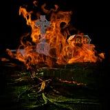 Spöklik läskig kyrkogård med Burining brand och flammor som överväldigar G Arkivbilder