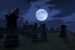 Spöklik natt på kyrkogården med den gammal gravstenar, fullmånen och bla Arkivbilder