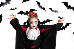 Spöklik pojke med en halloween dräkt av en vampyr Dracula royaltyfri foto