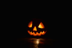 Spöklik pumpaallhelgonaafton med brandljus på svart bakgrund Fotografering för Bildbyråer