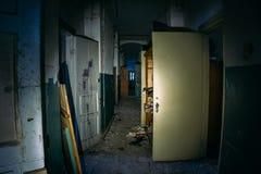Spöklik ruskig mörk korridor i gammalt övergett förstört sjukhus fotografering för bildbyråer