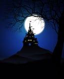 Spöklik slott på natten Arkivbild