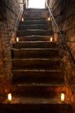 Spöklik stentrappa i gammal slott Arkivbilder