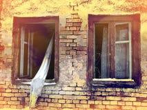 Spöklika gamla förstörda fönster royaltyfri bild