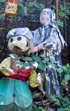 Spöklika spökade statyer på en bärgninggård royaltyfri foto