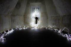 Spöklikt diagram i ett tomt rum Ljust målningfotografi royaltyfri foto