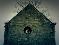 Spöklikt diagram i gammalt övergivet husfönster Arkivbilder