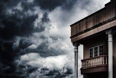 Spöklikt gammalt husbegrepp med molnstrombakgrund och kopia s arkivbilder